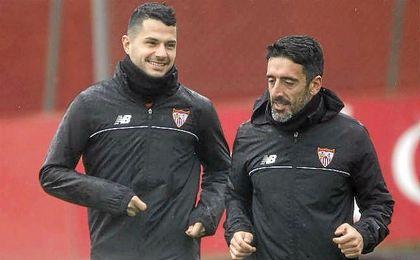 Vitolo, junto a uno de los preparados físicos, en el entrenamiento de hoy.