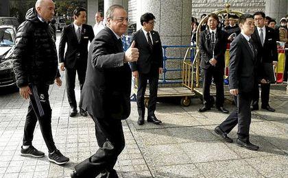 Florentino Pérez llega al hotel de concentración del Real Madrid en Yokohama.