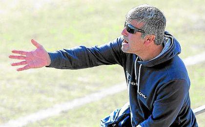 Selu, entrenador del Alcalá, se dirige de forma energética a sus hombres durante un encuentro.