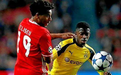 Eliseu y Dembelé pugnan por un balón en el partido de ida.