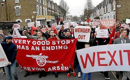 Imagen de la protesta de los hinchas del Arsenal.
