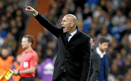 Zidane, en la banda del Bernabéu.