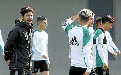 Víctor habla en un entrenamiento con Dani Ceballos.