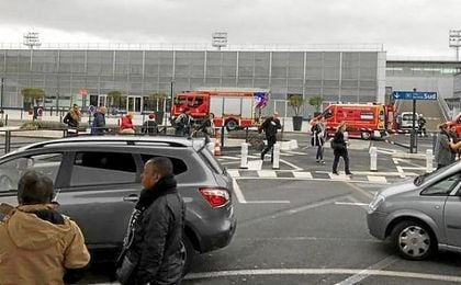 Imágenes de los servicios de emergencia en el aeropuerto París Orly.