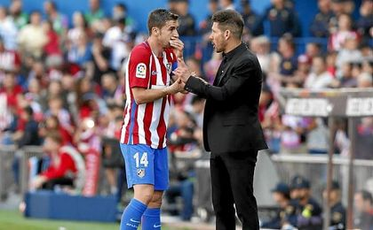 Gabi conversa con Simeone durante el partido.