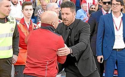 Simeone y Sampaoli se saludan antes del comienzo del partido.