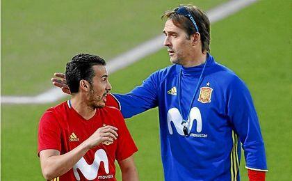 Pedro, junto a Julen Lopetegui, durante el entrenamiento. UESyndication.