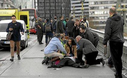 Imagen de un herido en el puente donde ha tenido lugar el atropello.