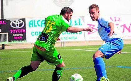 El central blanquiazul Juanma presiona a un rival de Los Barrios en el duelo jugado el domingo.