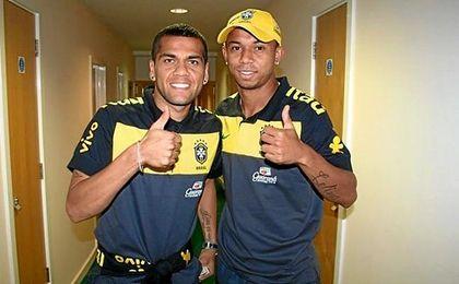 Mariano, con Daniel Alves, presente y pasado del lateral diestro del Sevilla.
