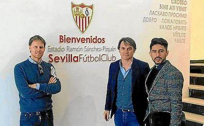 Imagen de la visita de Tom de Mul al Sánchez-Pizjuán.