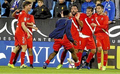 Los jugadores del Sevilla Atlético celebran el gol de Cotán en La Romareda.
