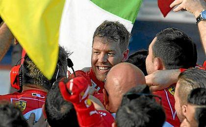 Vettel celebra con su equipo el triunfo en Australia.
