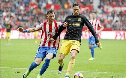 Amorebieta, en un lance del juego con Fernando Torres.