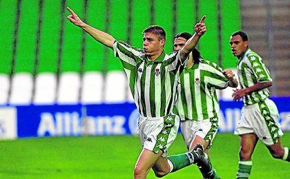 Joaquín marcó su primer tanto como bético en Segunda, ante el Compostela en 2001; en Primera se lo hizo al Espanyol.