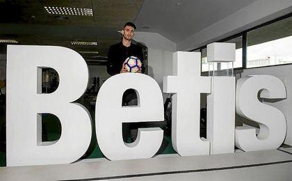 Cristiano Piccini posa para la cámara de ESTADIO Deportivo.