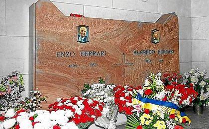 La tumba de Enzo Ferrari, en el cementerio de Módena.