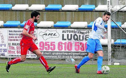 El blanquiazul Jairo Caballero fue decisivo ante el Utrera anotando dos goles que le dieron a los panaderos tres puntos vitales para lograr la permanencia.