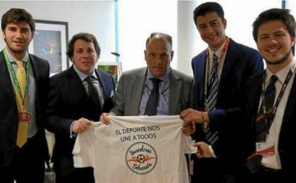Javier Tebas junto a los representantes de ´Barcelona con la Selección´. LaLiga.