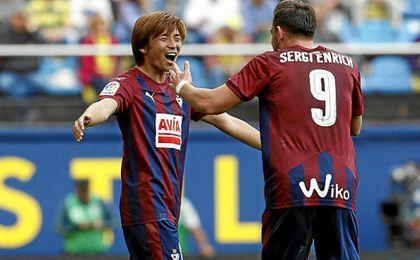 Inui anotó un golazo para hacer el 1-2.