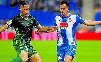 Bruno pugna con Jurado en un lance del partido del viernes entre el Betis y el Espanyol.