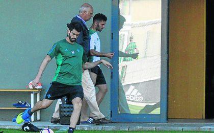 Durmisi, acompañado por el doctor Calero, dirección al interior de las instalaciones de la Ciudad Deportiva.