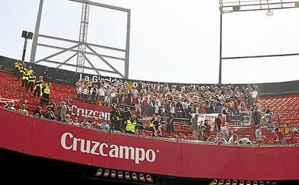 La afición del Sporting, en Nervión.