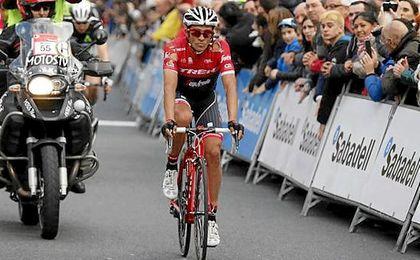El esloveno Roglic gana en solitario una etapa estresante para Contador