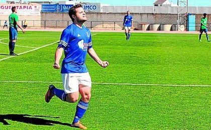 En la imagen, Fran Osuna celebra un gol ante el Almodóvar.