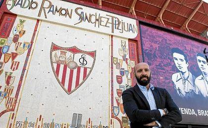Monchi posa para ESTADIO Deportivo frente al mosaico de Preferencia.