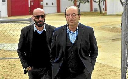 Monchi, junto a Pepe Castro, en la ciudad deportiva sevillista.