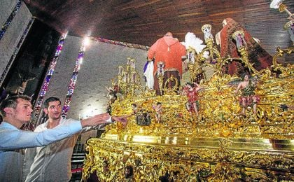 Directivos y capitanes realizaron ayer la tradicional visita y ofrenda a la Hermandad de San Pablo.