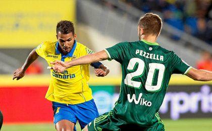 Pezzella intenta frenar a Viera.