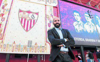 Ramón Rodríguez Verdejo posa orgulloso para ESTADIO Deportivo a las puertas del Ramón Sánchez-Pizjuán, su casa durante casi tres décadas.