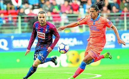 Mauricio Lemos persigue a Pedro León en el partido entre Las Palmas y el Eibar en Ipurua.
