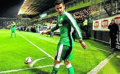 Lucas Villafañez es un mediapunta argentino de 25 años que puede jugar también en ambas bandas.