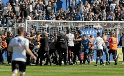 Los ultras del Bastia saltaron al césped.