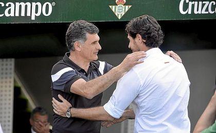 Mendilibar y Víctor se saludan.