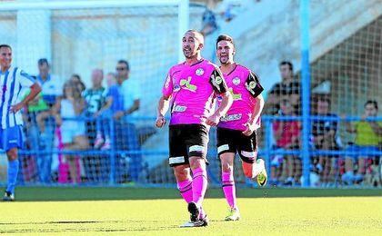 Ávalo celebra uno de los dos goles conseguidos esta temporada en el Municipal San Sebastián del UP Viso.