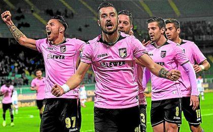 El plantel del Palermo celebra uno de los tantos del ariete Ilija Nestorovski.