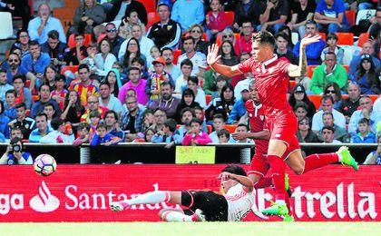 Correa, como ya hiciera ante el Madrid, en Copa, y frente al Barça, fue el ´9´ en Valencia.