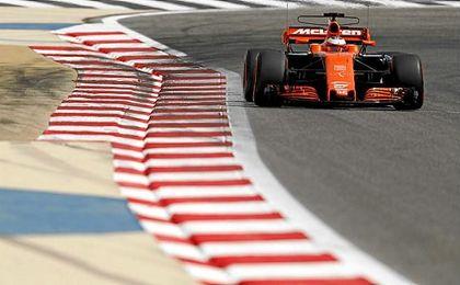 Vandoorne, rodando sobre el circuito de Baréin.