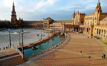 Amazon instala una biblioteca gigante y efímera en la Plaza de España por el Día del Libro