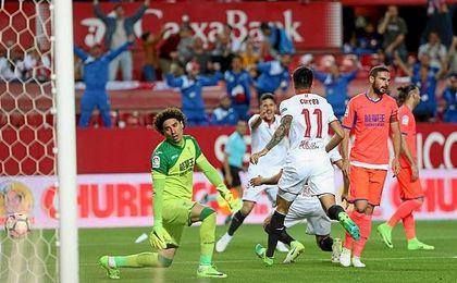 Ganso celebra el gol ante la decepción de Ochoa.