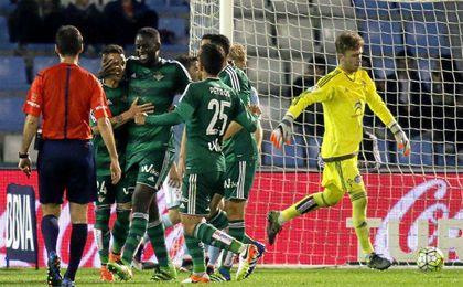 Los jugadores del Betis abrazan y felicitan a N´Diaye, autor de tanto que a la postre sirvió para sumar un punto en la última visita a Vigo.