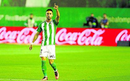 Rafa Navarro celebra el gol que anotó en el Betis-Osasuna.