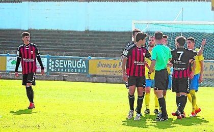 David Segura (izquierda) en un lance del encuentro disputado por el Cabecense en Coria.