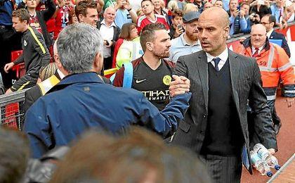 Guardiola y Mourinho se saludan antes del derbi de la primera vuelta.