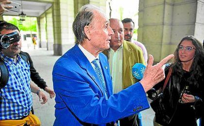 Lopera llegó sonriente y tranquilo a los juzgados y se mostró locuaz ante los medios de comunicación.