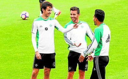 Rubén Castro sonríe entre su tocayo Pardo y Petros durante la sesión de entrenamiento de este miércoles.